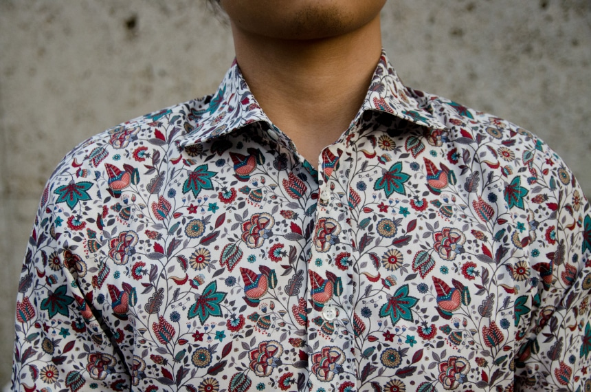 Close Up Of Model Wearing Apposta 100% Pure Cotton Poplin Floral - Collar