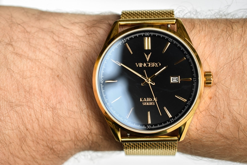 Vincero Kairos gold band close up on wrist